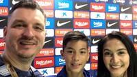 <p>Maudy Koesnadi kompak bersama suaminya, Erik Meijr dan putra semata wayangnya, Eddy Maliq Meijer liburan bareng ke markas pesepak nola Lionel Messi di Barcelona pada Oktober lalu. (Foto: Instragram @maudykoesnaedi)</p>
