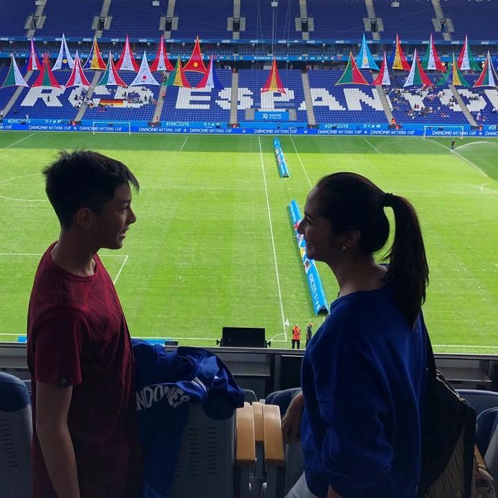 <p>Kata Maudy, mereka sedang dalam kegiatan 'player experience'. Maudy dan Erick mengantar anaknya itu melihat stadion bola terbesar di Eropa. (Foto: Instragram @maudykoesnaedi)</p>