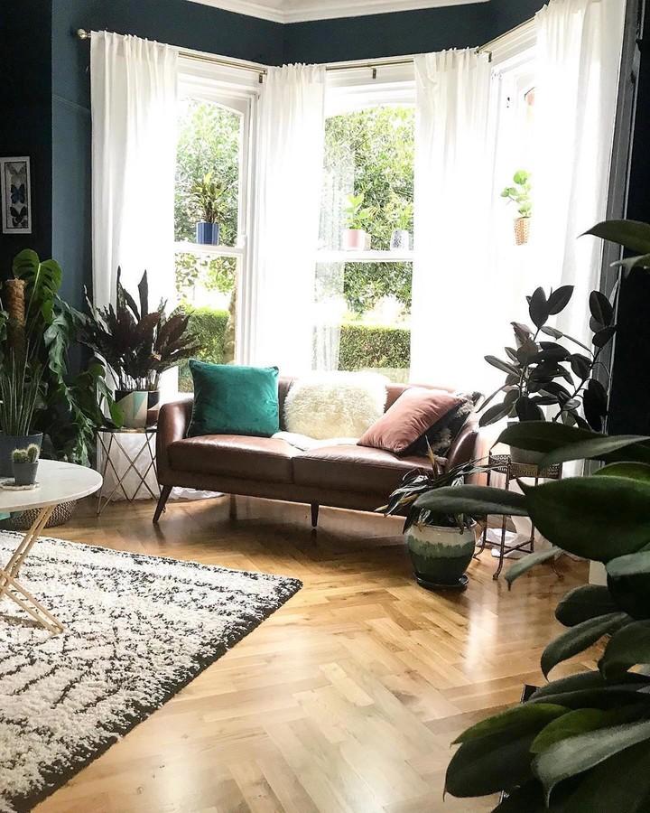 Hidup di tengah kota membuat kita ingin punya ruangan yang sejuk dengan sentuhan alam. Nah, simak inspirasinya di sini ya.