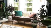 Tanaman-tanaman artifisial di ruangan ini memberi kesan alam. Ditambah lagi, kaca besar dengan pemandangan hijau menambah kesan asri di ruangan ini. (Foto: Instagram @cushoouk)