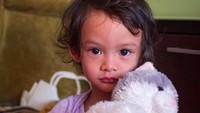 <p>Duh, imut banget! Aisha kecil bawa boneka. Kayaknya baru bangun tidur nih. (Foto: Instagram @andra_photo)</p>