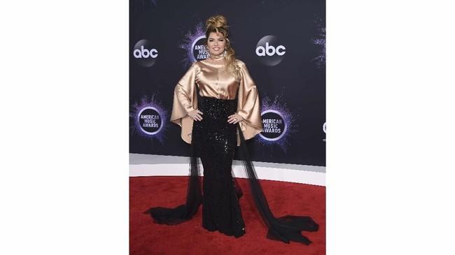 Di AMA 2019 tahun ini, banyak selebriti memilih menggunakan dress bernuansa dan berwarna metalik.