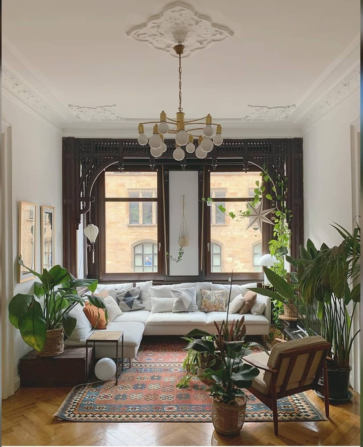 Sentuhan alam terlihat dari berbagai ornamen di ruangan ini. Bingkai jendela yang terbuat dari kayu, serta lantai yang berwarna cokelat kayu menegaskan kesan alam di ruangan ini. Tanaman-tanaman hijau juga memberikan kesan alam. (Foto: Instagram @bohemian_interior_decor)