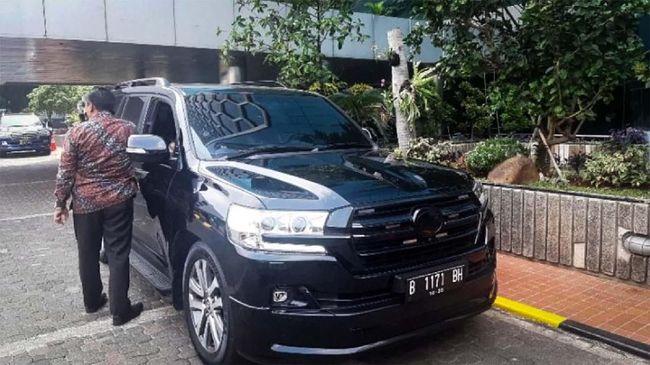 Basuki Tjahja Purnama alias Ahok menumpangi Toyota Land Cruiser berpelat B 1171 BH.