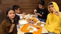 <p>Aisha punya tiga kakak, Bunda. Si sulung Yasmeen Fadilah, dan dua kakak laki-laki Aisha, Timur Zavier dan Ismael Ramadhan. (Foto: Instagram @andra_photo)</p>