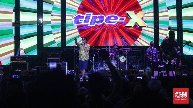 Meski dengan kualitas sound di bawah standar, Tipe-X masih mampu membuat pengunjung 90's Festival 2019 berjingkrak sambil membawa memori tentang ska.