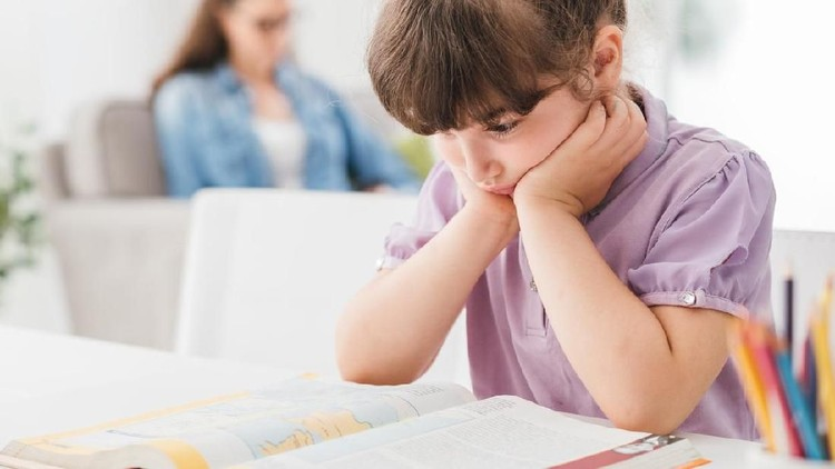 Memotivasi si kecil agar rajin belajar bisa dengan menyemangatinya dari kata-kata, Bunda.