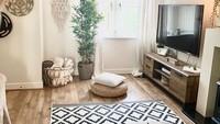 Meski tanpa sofa, ruangan ini tetap terlihat nyaman. Lantai kayu dan furniture yang serba cokelat memberikan kesan hangat dan alami. (Foto: Instagram, @bobshome_)