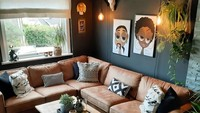 Meski sedikit, elemen tanaman di ruang keluarga ini membuat ruangan terlihat sejuk. Lantai bermotif kayu juga menambah kesan alam di ruangan ini. (Foto: Instagram @boho.helene)