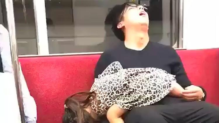 Ayah dan anak ini tidur dengan pose lucu di kereta, banyak netizen yang merasa gemas.