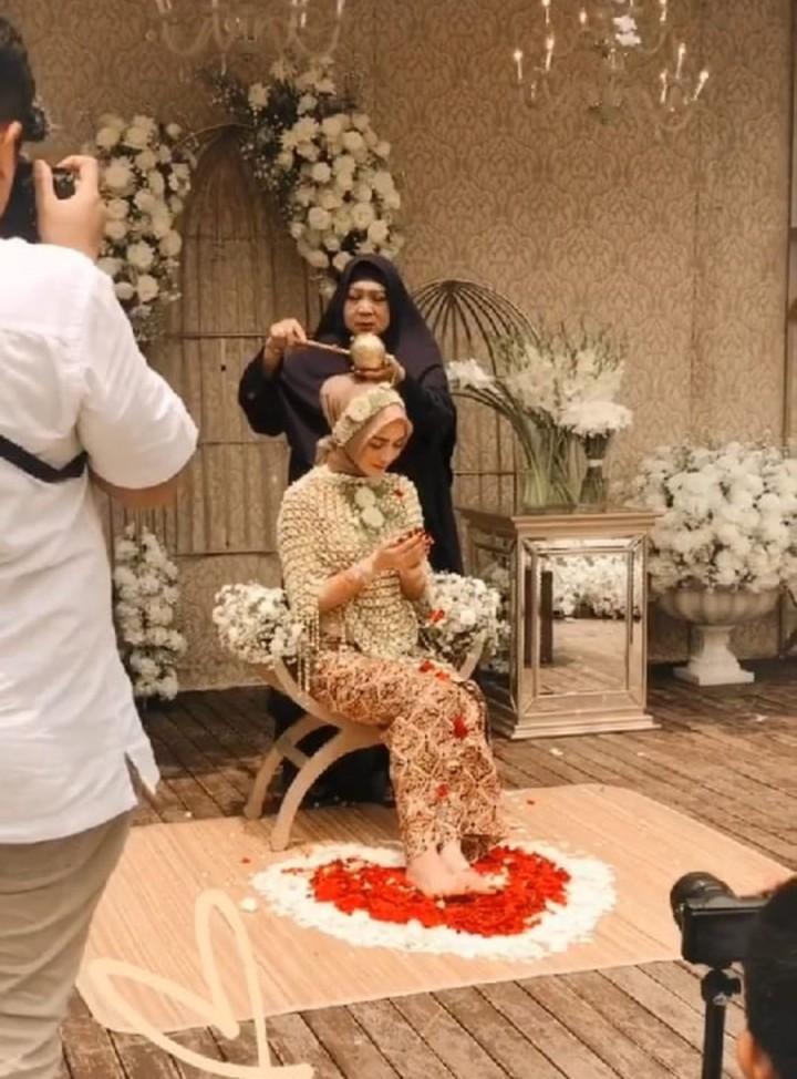 <p>Tampak juga ibunda, Citra Kirana, Yanny Christina memberikan siraman kepada sang putri tercinta. (Foto: Instagram)</p>