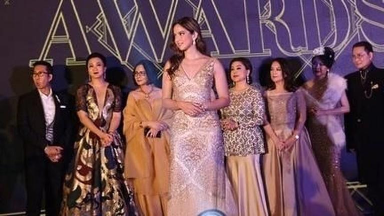 Nia Ramadhani terpilih menjadi Best Influencer di ajang E-Mas Award pada Senin (25/11). Yuk, intip potret cantiknya!