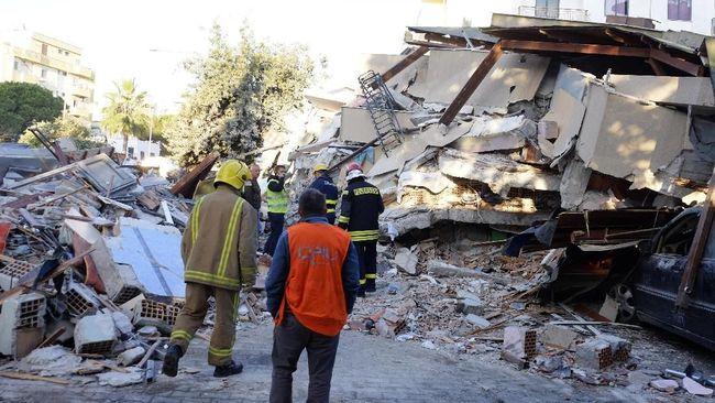 Seorang pria berumur 50 tahun di Albania tewas usai melompat dari sebuah gedung ketika terjadi gempa magnitudo 6,4 pada Selasa (26/11).