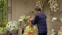 <p>Hadir ayah Citra Kirana, Iwan Siregar, dalam acara siraman. Iwan terlihat memberikan siraman kepada sang putri. (Foto: Instagram)</p>