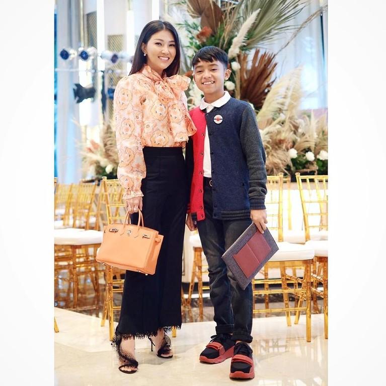 Ruben Onsu dan Sarwendah kerap memamerkan kekompakkan keluarga mereka bersama Betrand Peto juga Tania dan Thalia. Yuk, intip potret gemas kelimanya!