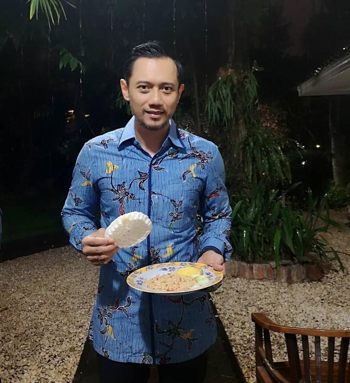 <p>Enggak mesti mahal, rupanya AHY juga suka makan nasi goreng yang hanya dihidangkan dengan telur dan kerupuk. (Foto: Instagram @agusyudhoyono)</p>