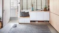 Ruang tamu tanpa sofa seperti ini terlihat sangat simpel. Dinding depan dan kanan berfungsi sebagai tempat penyimpanan. Tempat duduknya hanya karpet yang ada di tengah ruangan. Jadi, lebih hemat tempat kan? (Foto: Instagram @qanvast)