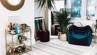 Kalau Bunda enggak mau pakai sofa untuk di ruang tamu, bean bag bisa jadi alternatif pilihan nih. Selain bentuknya yang unik, bean bag juga mudah untuk dipindahkan. (Foto: Instagram @keelis.journey)