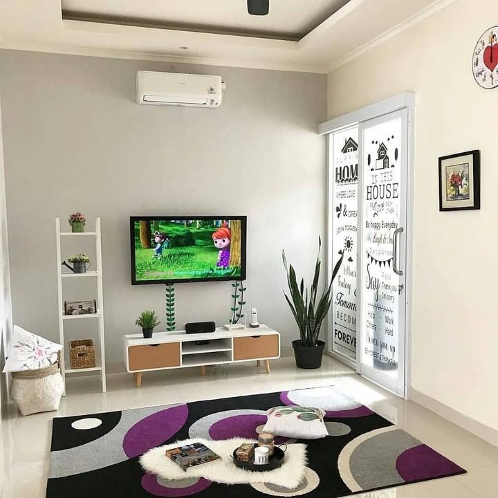 Bunda punya ruang tamu yang sempit? Desain ruang tamu tanpa sofa bisa jadi solusinya.