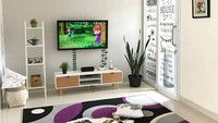 Ruang tamu sekaligus ruang keluarga ini terlihat luas karena hanya ada sedikit barang. Penambahan ornamen tanaman mempercantik ruangan ini. (Foto: Instagram @rumahcreativa)