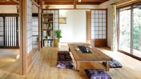 Masih ruang tamu tanpa sofa bertema Jepang, ornamen kayu mendominasi ruangan ini. Jendela kaca yang besar membuat ruang tamu ini terlihat terang ketika siang hari. Jadi enggak perlu menyalakan lampu di siang hari deh. (Foto: Instagram @miraikohboh)