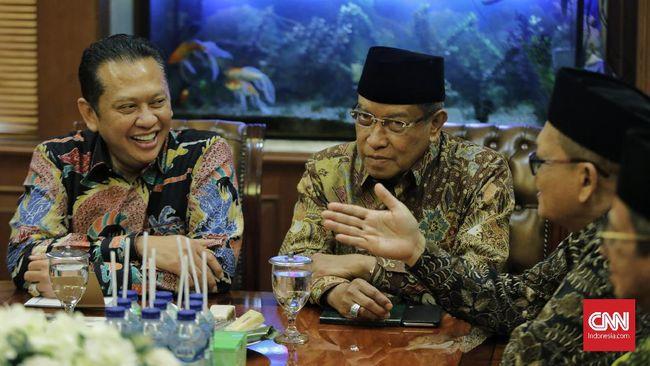 Politikus Golkar Bambang Soesatyo yang akan maju dalam pencalonan ketua umum mengunjungi Ketua Umum PBNU Said Aqil Siroj. Ia mengaku didoakan untuk menang.