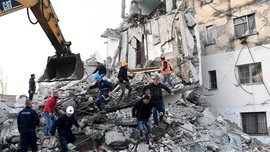 FOTO: Derai Air Mata Akibat Gempa Albania