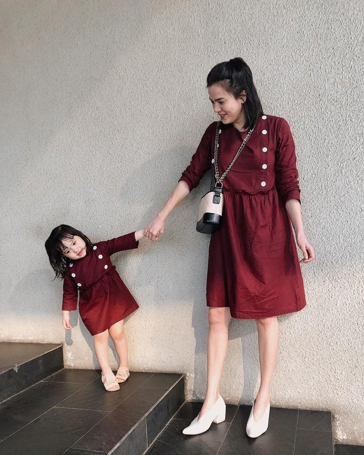 <p>Dress merah simpel yang digunakan Alice Norin dan Alita, membuat ibu dan anak ini terlihat sederhana namun elegan. (Foto: Instagram @alicenorin)</p>
