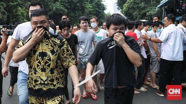 polisi-serahkan-80-warga-china-tukang-tipu-ke-imigrasi