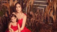 <p>Dengan gaun merah menyala ini, Yasmine Wildblood dan putrinya, Seraphina tampak begitu mempesona ya. (Foto: Instagram @yaswildblood.)</p>