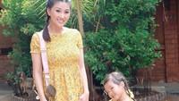 <p>Baju senada berwarna kuning yang dipakai Sarwendah dan Thalia ini semakin menunjukkan kesederhanaan keduanya ya. (Foto: Instagram @sarwendah29)</p>