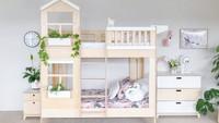 <p>Kasur bertema kayu dan dinding berwarna abu-abu muda ini nampak feminin untuk dua anak perempuan. Ornamen tanaman artifisial juga menambah kesan chic di kamar ini lho. (Foto: Instagram @kizhouse)</p>