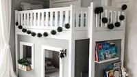 <p>Tempat tidur yang multifungsi seperti ini, merupakan solusi jika ruangan tidak terlalu besar untuk kamar anak-anak. Di sisi tempat tidur ada rak yang bisa dimanfaatkan untuk menyimpan koleksi buku anak-anak. Bentuknya yang menyerupai rumah juga membuat anak tertarik untuk tidur di kamarnya sendiri. (Foto: Instagram @gemgemsandbertie)</p>
