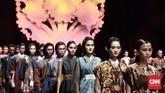 Iwan Tirta Private Collection menghadirkan ruh sang maestro batik Iwan Tirta dalam peragaan tiga babak koleksi busana 'Mataguru'.