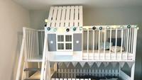 <p>Anak-anak ingin tidur di kasur tingkat tapi takut jatuh? Bunda bisa gunakan tempat tidur tingkat seperti ini. Anak tidak akan jatuh ketika tidur karena penghalang yang didesain seperti pagar. (Foto: Instagram @woodenlovesweden)</p>