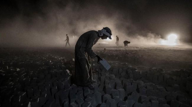 Mesin-mesin yang digunakan untuk memotong batuankapur juga berusia tua dan tidak diberi pelindung, sehingga membahayakan para penambang jika tidak waspada. (Photo by Khaled DESOUKI / AFP)