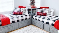 <p>Tidak tertarik dengan kasur tingkat? Bunda bisa menata kamar anak dengan posisi tempat tidur seperti ini. Jadi, anak-anak bisa memanfaatkan tempat kosong di tengah kamar untuk bermain atau pun belajar. (Foto: Instagram @bedrooms_of_insta)</p>