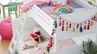<p>Kalau punya dua anak perempuan, Bunda bisa ikuti dekorasi kamar bertema rainbow seperti ini. Kasur di bawah bisa untuk si kakak yang sudah lebih besar dan kasur atas untuk adik yang lebih kecil. (Foto: Instagram @kiddiegram)</p>