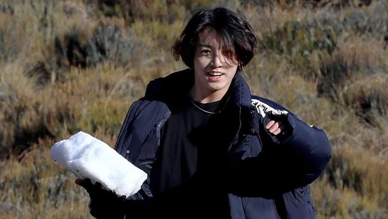 Di usianya yang 22 tahun, Jungkook menjadi sosok idola yang dipuja penggemarnya. Jungkook memiliki tinggi 178 sentimeter dan dikenal dengan tatapan matanya yang bikin meleleh. Insertizen setuju kan?