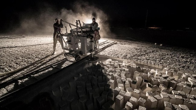 Tingkat kecelakaan kerja di tambang liar batukapur semakin bertambah. (Photo by Khaled DESOUKI / AFP)