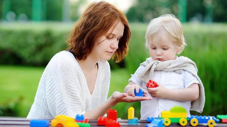 Mainan harus disesuaikan dengan usia anak lho, Bun. Supaya mainan ini bisa mendukung perkembangan mereka sesuai tahapan.