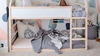 <p>Kasur tingkat yang tidak terlalu tinggi adalah solusi untuk anak-anak yang belum terlalu besar. Anak tidak takut terjatuh ketika naik ke tempat tidur atas karena tidak terlalu tinggi. (Foto: Instagram @brewsters_pg)</p>