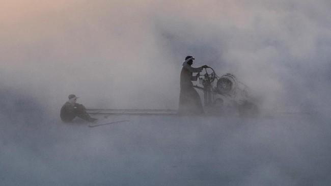 Tingkat keamanan bagi pekerja di lokasi tambang juga sangat minim. (Photo by Khaled DESOUKI / AFP)