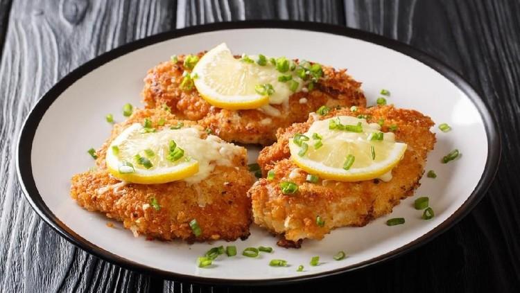 Tak perlu repot menyiapkan menu makan akhir pekan ini, Bunda bisa coba resep ayam saus lemon yang praktis dan lezat.