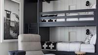 <p>Untuk anak yang sudah remaja, mungkin mereka lebih suka dengan desain yang simpel seperti ini. Tema kamar monokrom seperti ini terlihat lebih dewasa. (Foto: Instagram @anyasdecor)</p>