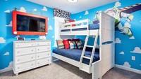 <p>Desain kamar tidur ini cocok untuk dua anak laki-laki. Kombinasi antara gambar langit ditambah ornamen kartun, serta furnitur berwarna putih terlihat serasi ya, Bun. (Foto: Instagram @queroessequarto)</p>