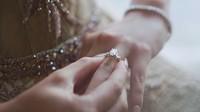 <p>Tak ketinggalan, Boy William memberikan cincin berlian dan kalung berlian pada Karen Vendela. (Foto: YouTube/ Boy William)</p>