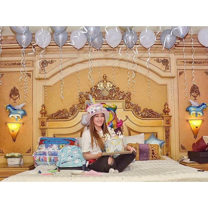 <p>Di kamarnya yang satu lagi, tempat tidur Via amat mewah dan dicat keemasan.</p>