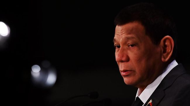 Presiden Filipina, Rodrigo Duterte, disuntik dosis pertama vaksin corona Sinopharm buatan China.