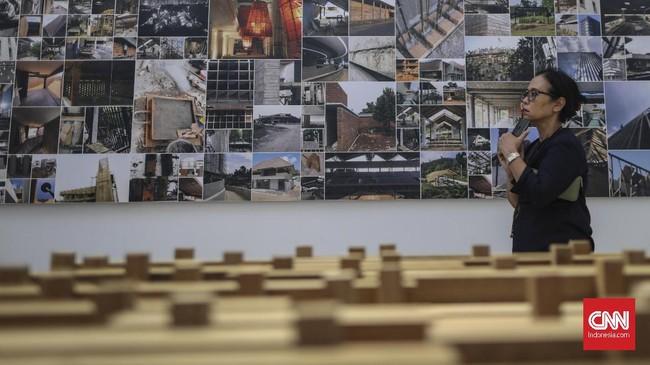 Selain menampilkan karya-karyanya, lewat pameran ini Andra Martin juga menunjukkan proses kreatif serta keseharian studio miliknya. (CNN Indonesia/Bisma Septalisma)